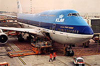 /images/133/1998-12-chicago-klm-plane1.jpg - #00181: KLM Boeing 747-400 airplane docked at Chicago O