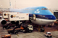 /images/133/1998-12-chicago-klm-plane2.jpg - #00182: KLM Boeing 747-400 airplane docked at Chicago O