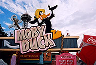 /images/133/2004-08-sixflags-moby-duck.jpg - #01987: Moby Duck at Six Flags in Denver … Daffy Duck … August 2004 -- Six Flags, Denver, Colorado