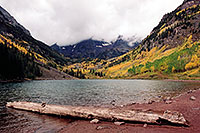 /images/133/2004-09-maroon-lake-tree01.jpg - #02176: images of Maroon Lake with Maroon Peaks in the clouds … Sept 2004 -- Maroon Lake, Maroon Bells, Colorado