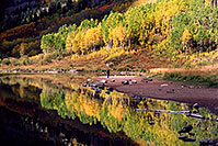 /images/133/2004-09-maroon-people3.jpg - #02226: Maroon Lake with fall colors … Sept 2004 -- Maroon Lake, Maroon Bells, Colorado