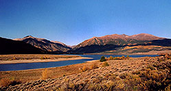 /images/133/2004-09-twinlakes-lake01.jpg - #02220: view of Twin Lakes towards Independence Pass … Sept 2004 -- Twin Lakes, Colorado