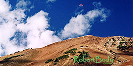 /images/133/2004-10-cinnamon-para-oran1-pano.jpg - 02287: Orange Paraglider over Cinnamon Mountain (12,293ft) … Oct 2004 -- Paradise Divide, Crested Butte, Colorado