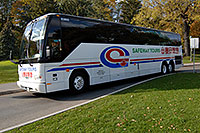 /images/133/2006-10-15-niag-bus02.jpg - #03057: white Safeway Tours bus in Niagara Falls … Oct 2006 -- Niagara Falls, Ontario.Canada
