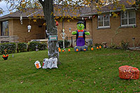 /images/133/2006-10-20-oakville-halloween.jpg - #03108: Halloween decorations in Oakville … Oct 2006 -- Oakville, Ontario.Canada