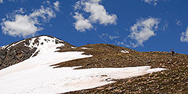 /images/133/2007-06-10-elbert-skier3-pano.jpg - #03897: Skier walking up as 3 hikers look down on North Trail of Mt Elbert  … June 2007 -- Mt Elbert, Colorado