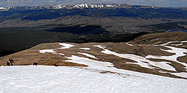 /images/133/2007-06-10-elbert-skier4-pano.jpg - #03955: Walking up Mt Elbert, along the North Trail … June 2007 -- Mt Elbert, Colorado