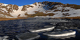 /images/133/2007-06-17-evans-sum-lake1-pano.jpg - #04009: Ice floating on Summit Lake at 12,800 ft elevation … June 2007 -- Summit Lake, Mt Evans, Colorado