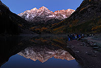 /images/133/2007-09-25-mar-bells-3879.jpg - #04681: Maroon Bells Photographers in the morning … Sept 2007 -- Maroon Lake, Maroon Bells, Colorado