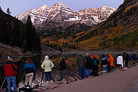 /images/133/2007-09-25-mar-bells-3926.jpg - #04742: Maroon Bells Photographers in the morning … Sept 2007 -- Maroon Bells, Colorado