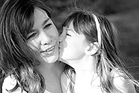 /images/133/2008-06-01-alexandra-bw-0258.jpg - #05435: Alexandra kissing mom … June 2008 -- Sahuaro Ranch Park, Glendale, Arizona