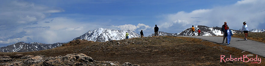 /images/500/2007-05-28-indep-mtns03-sp.jpg - #03863: People on a walkway at top of Independence Pass … May 2007 -- Independence Pass, Colorado